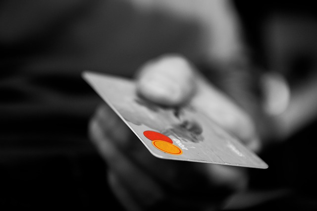 サラリーマンよ!コンビニは現金払いじゃなくクレジットカードを使うべし