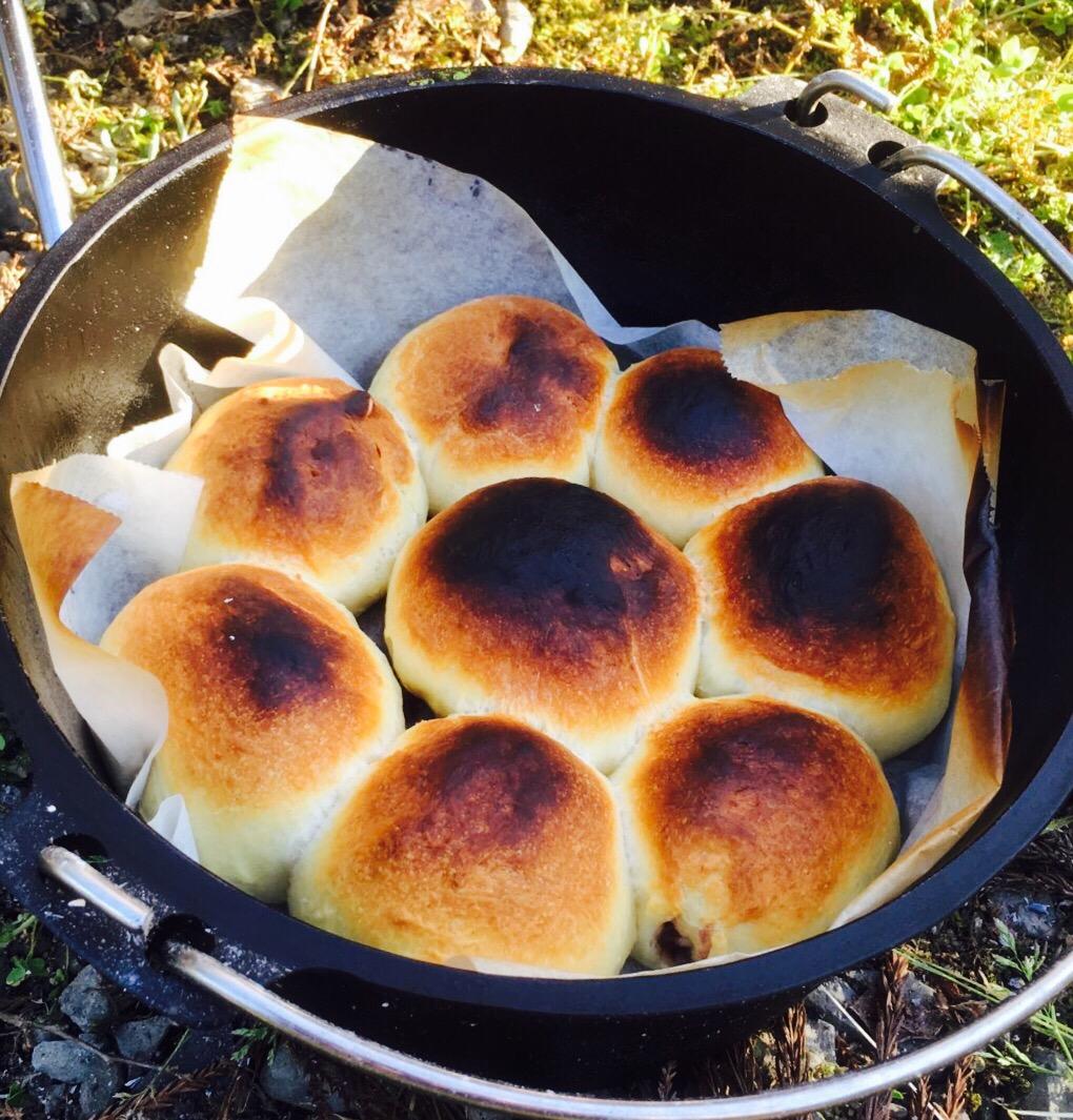 【キャンプ料理】家族で楽しめる!ダッチオーブンで作る焼きたてパンが美味しい!