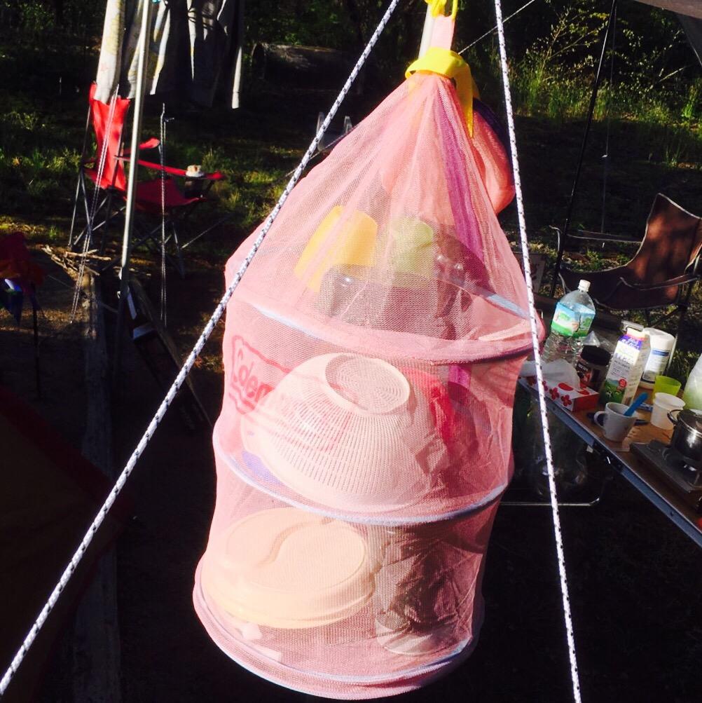 キャンプで重宝する食器干しネット。コールマン製の「ハンギングドライネット」