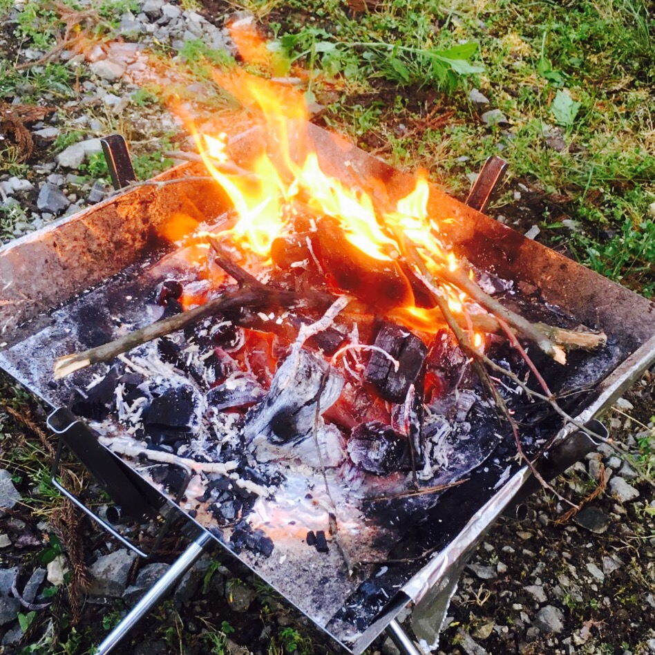 焚き火もOK!UNIFLAMEのバーベキューグリルはBBQ・ダッチオーブン・焚火台と1台3役