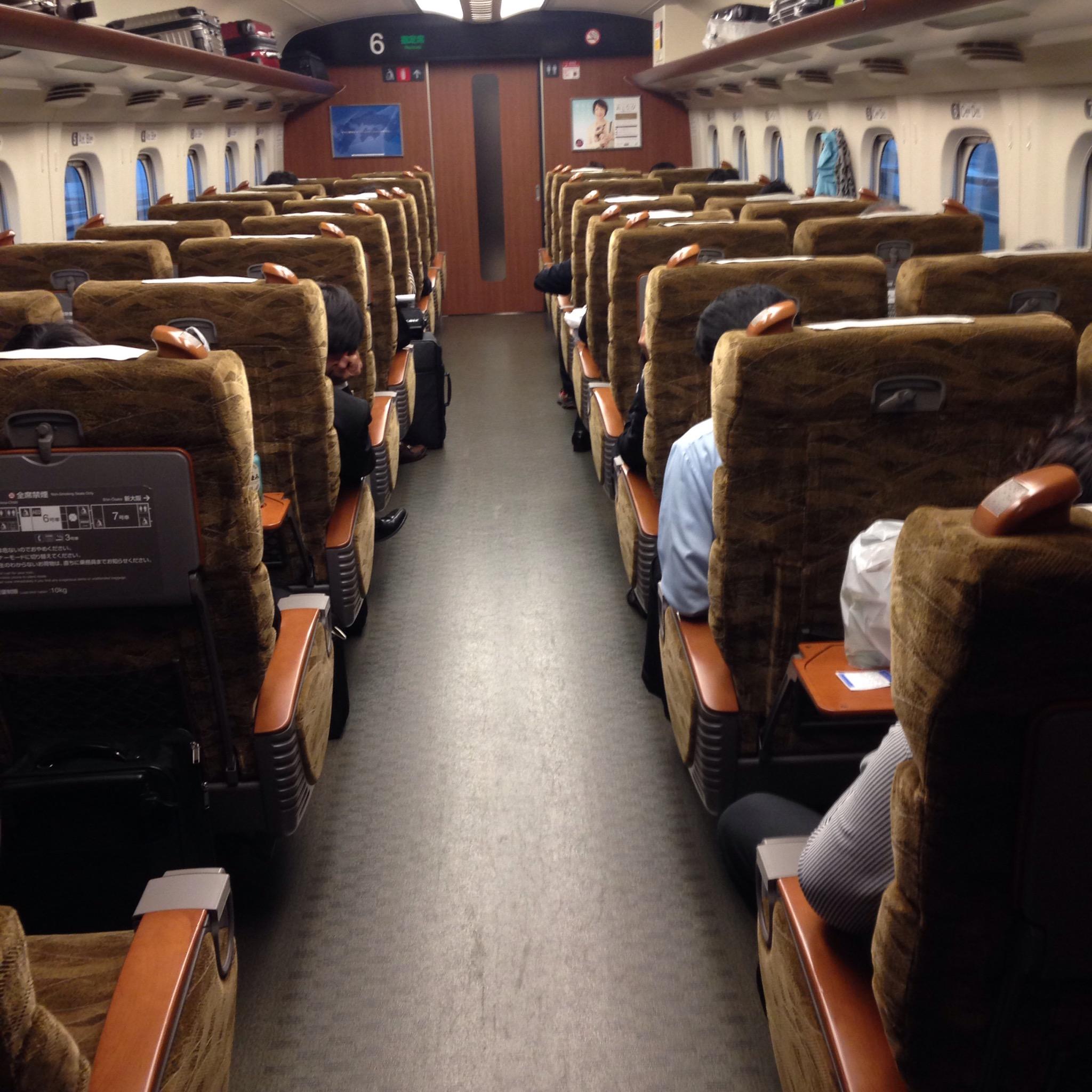 新大阪まで乗り入れる九州新幹線「みずほ・さくら」普通席でも高級感溢れる4列シート車両が快適